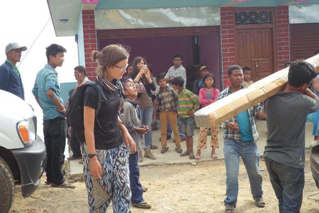 Mirjam in Nepal met puin